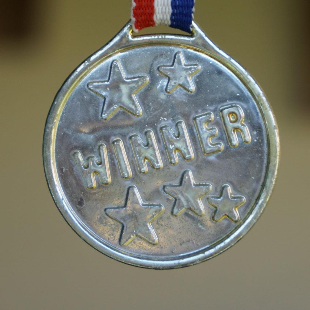 imprimare medalii trofee pachete omagiale